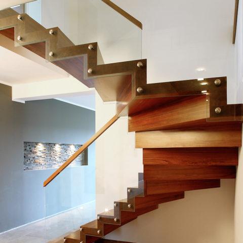 Забежная лестница со стеклянным ограждением